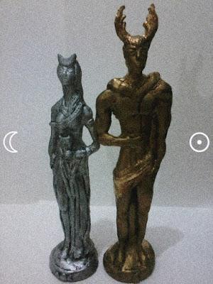 Estátuas representando à deusa na cor prata e o deus na cor dourada (Lua e sol).