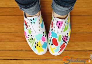 Với màu acrylic bạn có thể tự thiết kế những đôi giầy độc không đụng hàng