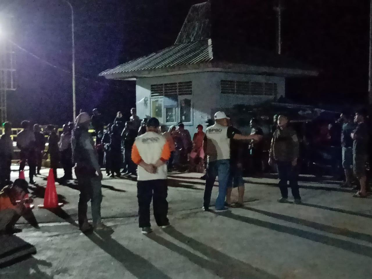 Jelang Tengah Malam, Pemda Kepulauan Selayar Turunkan Puluhan Petugas ke Pelabuhan Pamatata