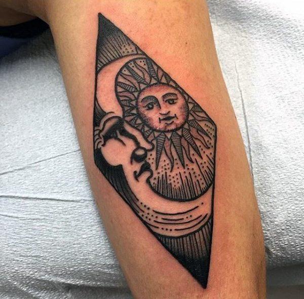 Tatuaje de sol y luna para hombre