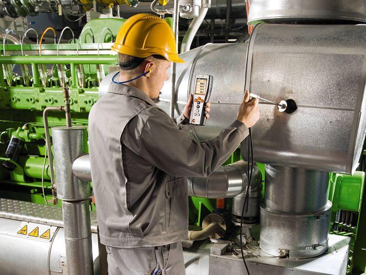 Personal de planta realizando un análisis de orsat con equipo digital