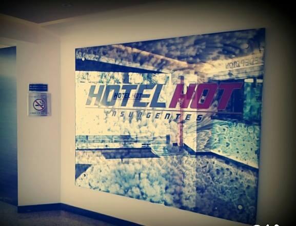En el hotel saliendo de trabajar - 2 3