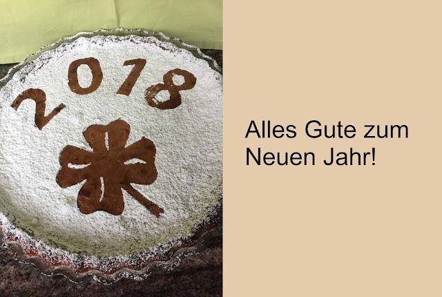 Schokoladenkuchen zum Neujahr mit Zahlen 2018 und Glückskleeblatt