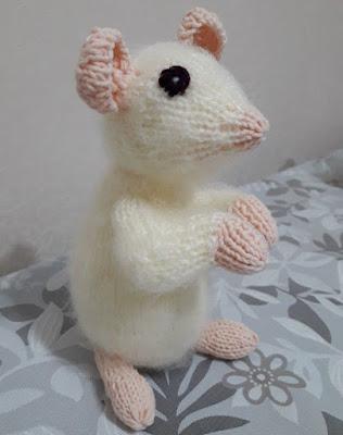 Вязаный мышонок спицами