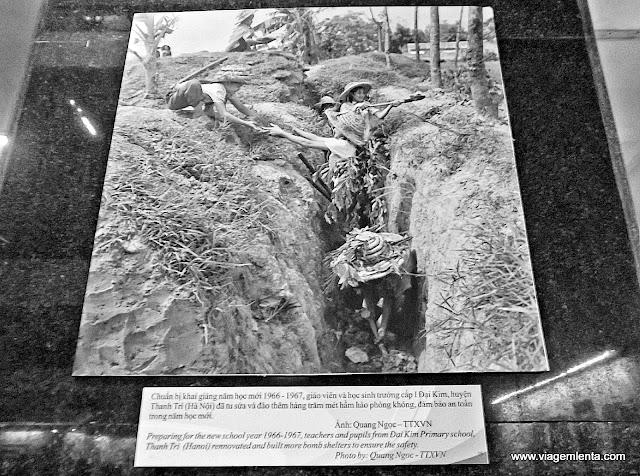 Crianças cavando trincheiras na guerra