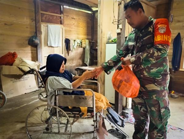 Peduli Sesama, Babinsa Ramil 10/Spj Beri Sembako Warga Kurang Mampu Dan Cacat