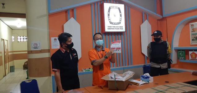 KPU Pulang Pisau Kerahkan 15 Orang Petugas Untuk Melipat Kertas Surat Suara