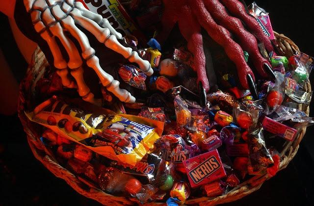 Halloween, HD, Wallpaper, mani, scheletro, ossa, caramelle