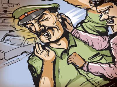 જુણાના શખ્સને ગેરકાયદેર રેતી વેંચવા ગયેલા શખ્સ પર પડાયો દરોડો. છોડાવવા આવેલા ટોળાએ પોલીસ પર કર્યો હુમલો