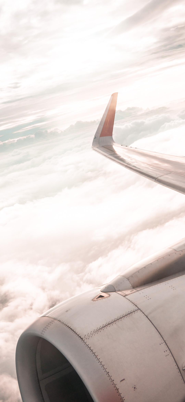 خلفية غيوم بيضاء أصفل جناح طائرة ركاب
