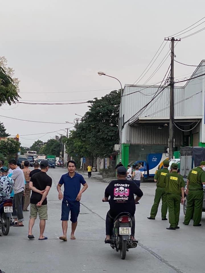 Đang có ngáo đá cầm dao chém linh tinh đã chạy từ cảng Hà Nội ra ngõ 670 Nguyễn Khoái ae đi cẩn thận nhé