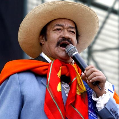 Foto del Indio Mayta cantando