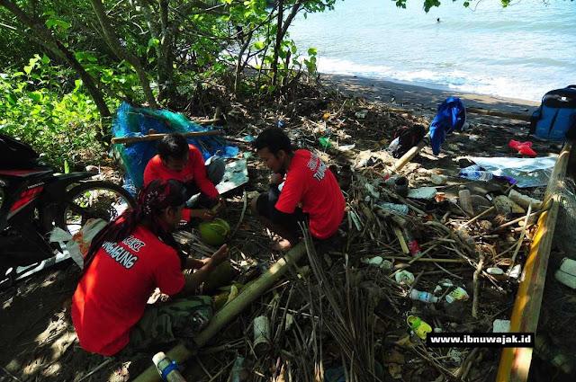 proses pemecahan kelapa muda degan