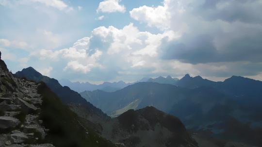 Nad Tatrami kłębią się chmury.