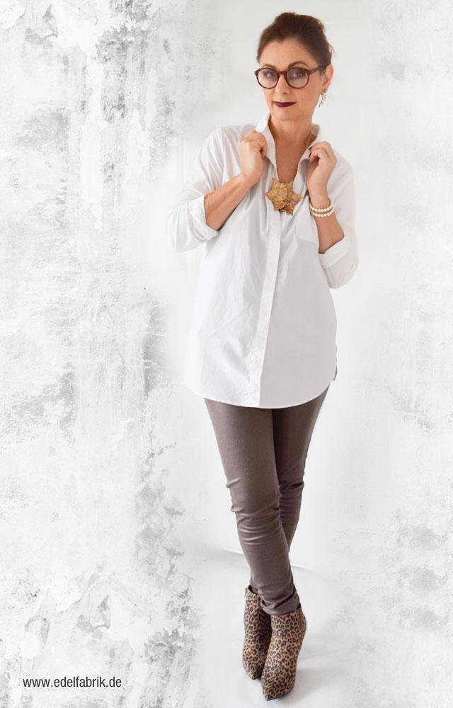 Tchibo Kollektion, Lässige Eleganz, Treggings in Taupe, weiße Hemdbluse,
