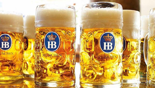 Copos da cervejaria Hofbräuhaus em Munique