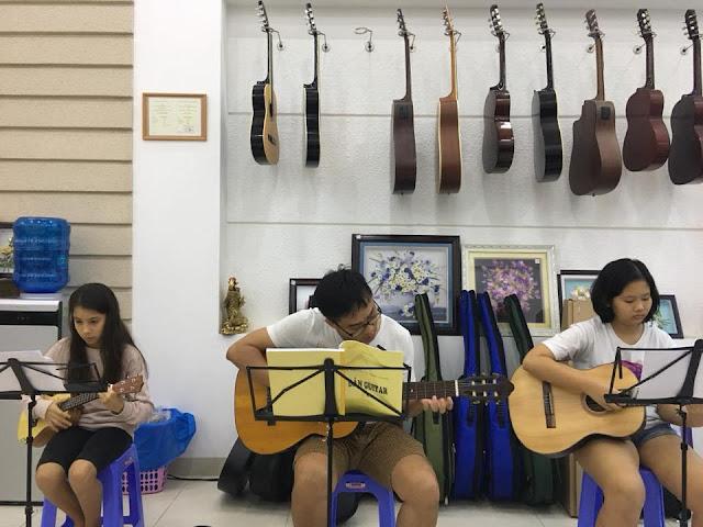 Giờ học Guitar của học viên trường nhạc SMS