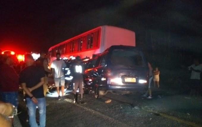 Colisão entre van e ônibus deixa 4 mortos e 10 feridos no sudoeste da Bahia