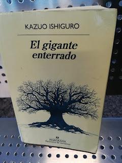 """El libro de espada y brujería adulto """"El gigante enterrado"""", de Kazuo Ishiguro"""
