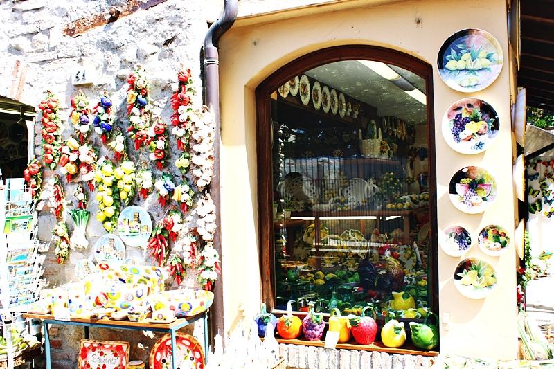 Tradicionalne radnje u Mestu Sirmione u Italiji.