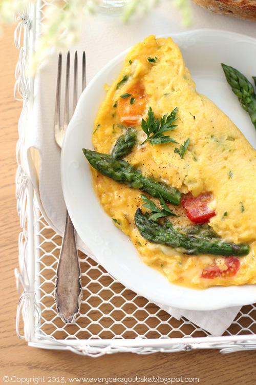 omlet z pomidorkami koktajlowymi i szparagami na śniadanie