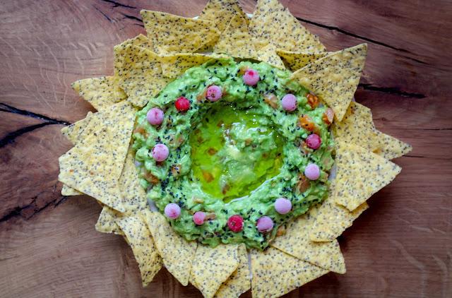 Corona de guacamole con nachos de chia
