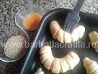 preparare reteta cornuri cu cascaval - le ungem cu ouale batute