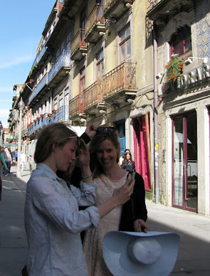 Turistas felizes na Rua das Flores - Porto