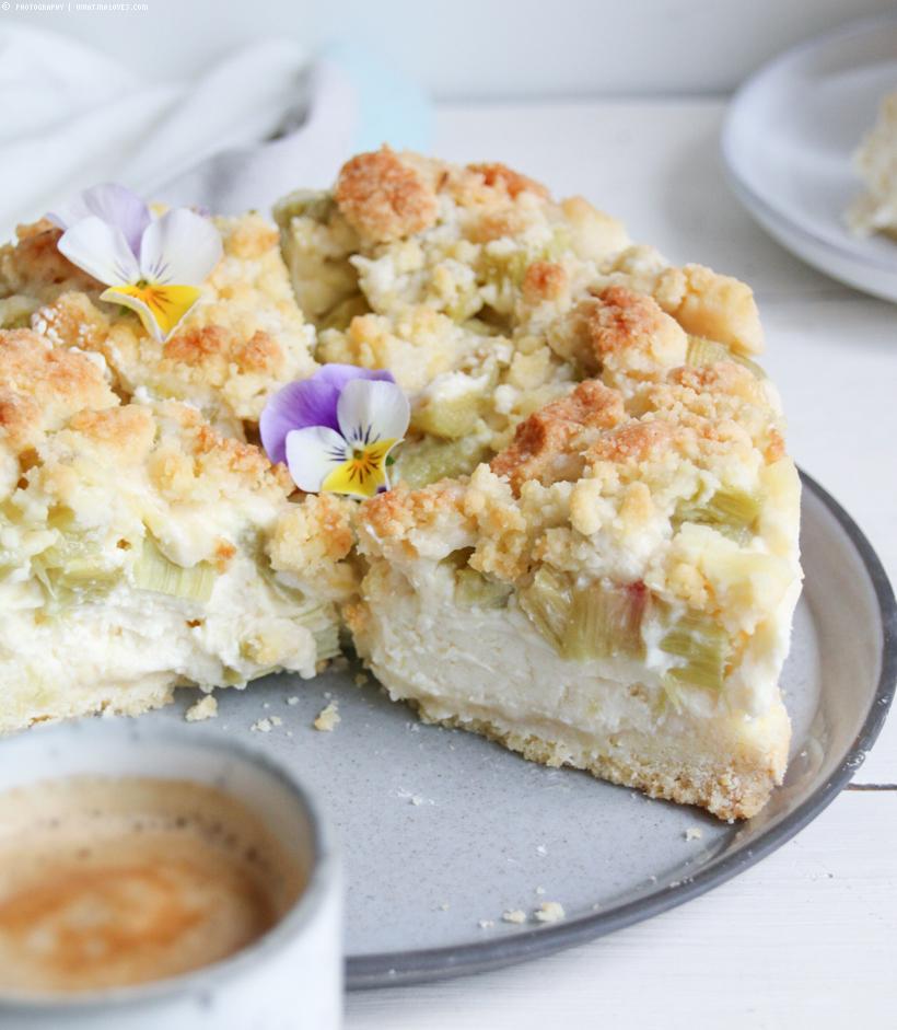 Rhabarber-Cheesecake mit Streuseln