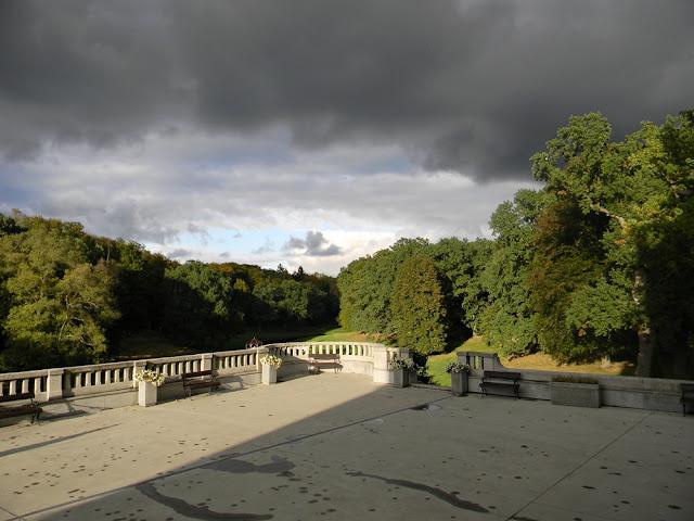 Ciężkie chmury nad pałacem w Wąsowie