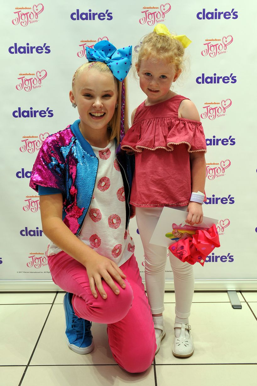 Nickalive jojo bows star jojo siwa sends fans into a frenzy at jojo siwa meet excited fans at claires image eddie garvey kristyandbryce Images