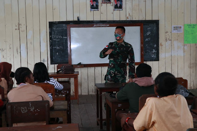 Peduli Pendidikan, Prajurit TNI Yonif 403/WP Menjadi Guru Penggerak di Perbatasan RI-PNG.