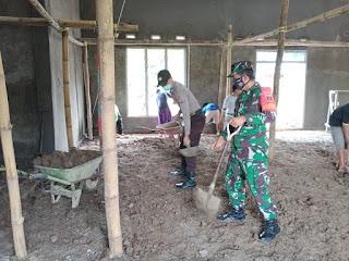 Kompak!!! Polri-TNI Ikut Berpartisipasi Dalam Kegiatan Gotong Royong Pembangunan Mesjid Al Iklas Bolangi