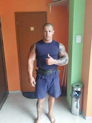 zgodan-muskarac-komsija-veliki-misicavi-bicepsi