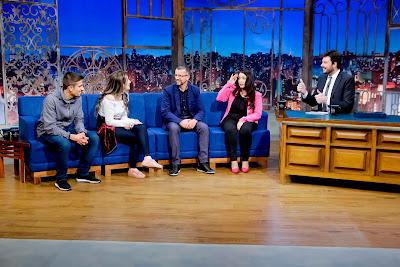 a família com o apresentador (Crédito: Gabriel Cardoso/SBT)
