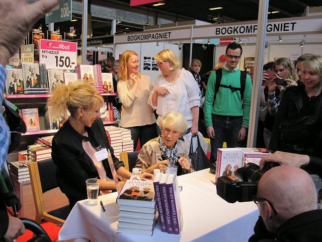 Lise Nørgaard signerer sin bog sammen med Cecilie Frøkjær