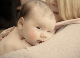 Kind kuschelt mit Mama