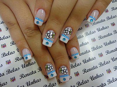 unhas brancas com flores azuis