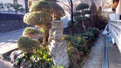 麻生区の西光寺 境内