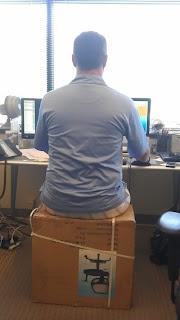 silla improvisada con caja