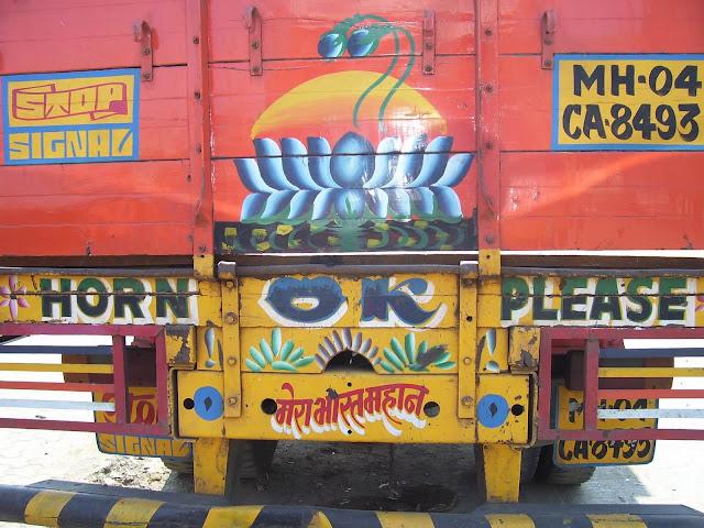 """Hầu hết các xe tải ở Ấn Độ đều có dòng chữ """"Horn OK Please""""(Xin hãy bấm còi) hay """"Blow Horn"""" (Bấm còi). Đây là một tín hiệu cho người lái xe phía sau bấm còi trước khi vượt qua những chiếc xe tải trên đường. Bấm còi là cũng có thể coi là một """"đặc sản"""" của Ấn Độ. Khi bạn ra đường, bạn sẽ nghe thấy tiếng còi inh ỏi ở khắp mọi nơi trên đất nước này."""