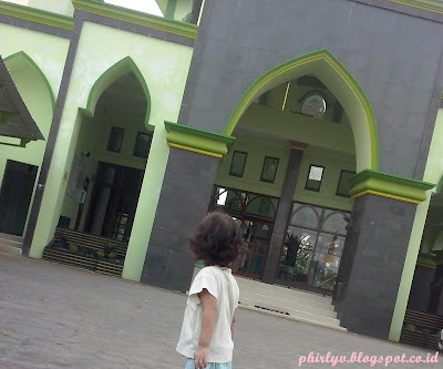 mengajak si kecil tarawih ke masjid