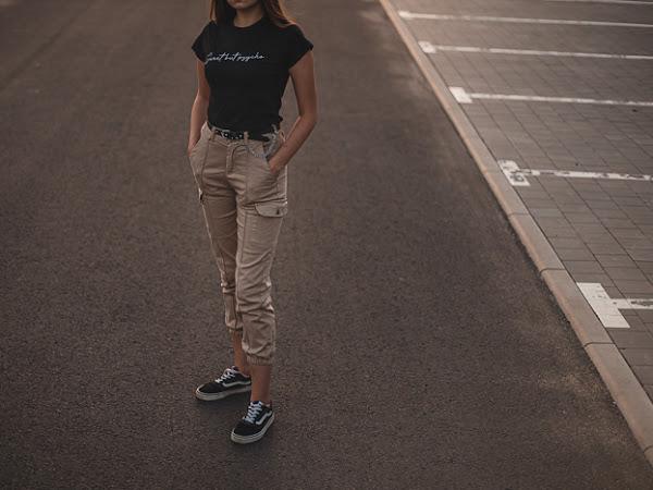 """367. Stylizacja: spodnie cargo, pasek z łańcuchem i T-shirt ,,Sweet but psycho"""""""