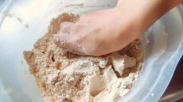練りながらバターの固形がなくなるように均一の生地にしたら牛乳を加えてツヤが出るまで練る。