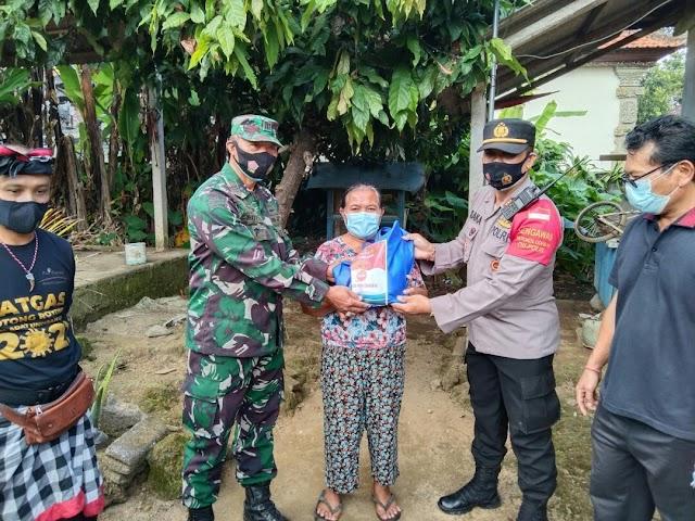SINERGITAS TNI - POLRI DALAM MEMBANTU MASYARAKAT YANG TERDAMPAK PPKM DARURAT DI  TEMBUKU