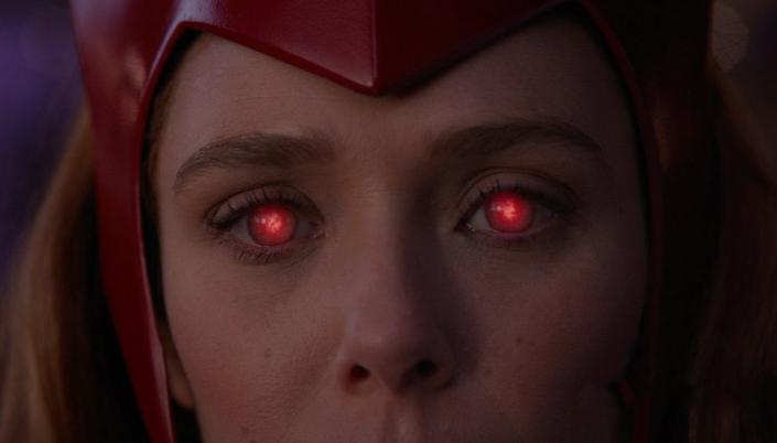 Imagem: Wanda, com a tiara vermelha da sua fantasia de Halloween, os olhos brilhando com energia vermelha.