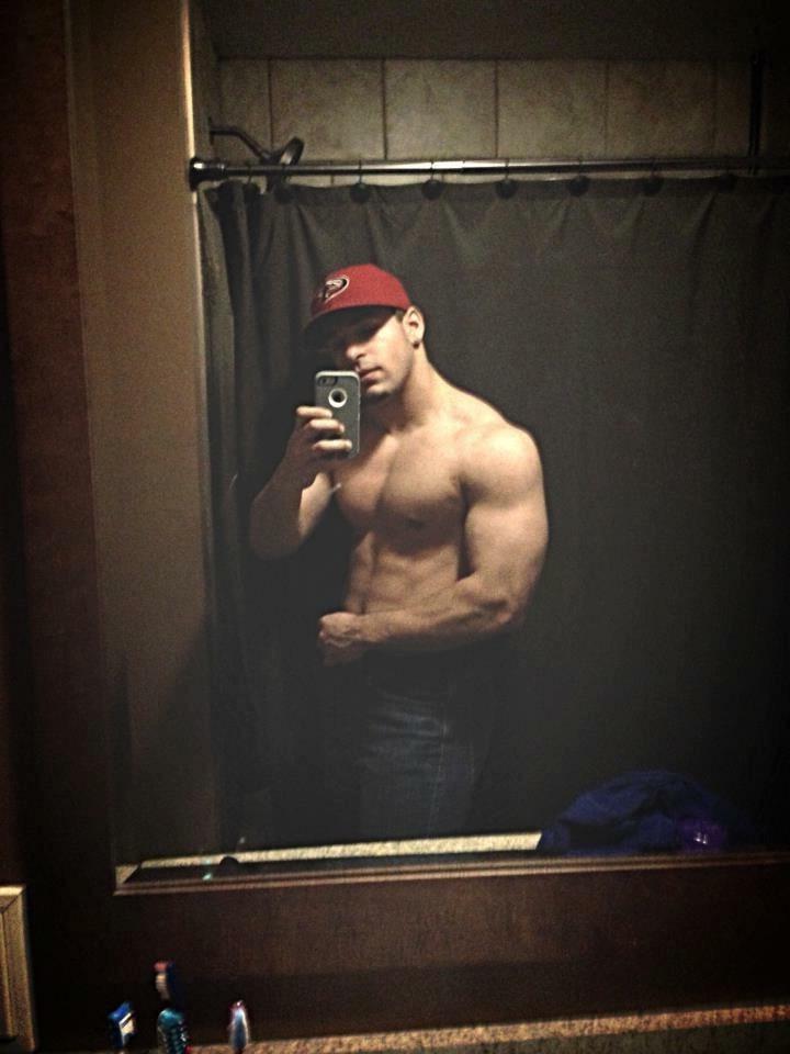 sexy-dangerous-dudes-skylar-astin-shirtless-muscle-body-cap-selfie