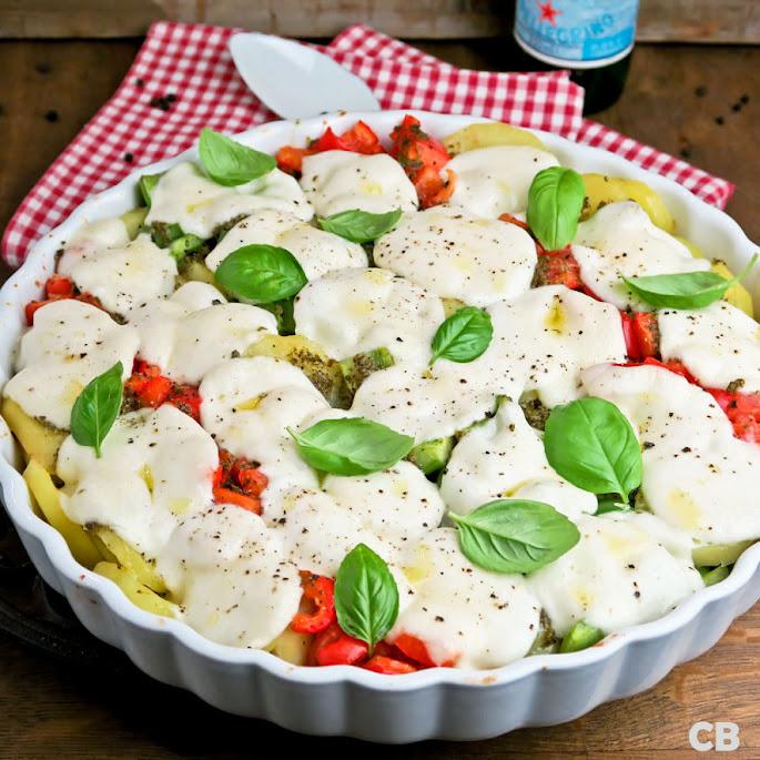 Mozzarellaschotel met paprika, tomaat en aardappel