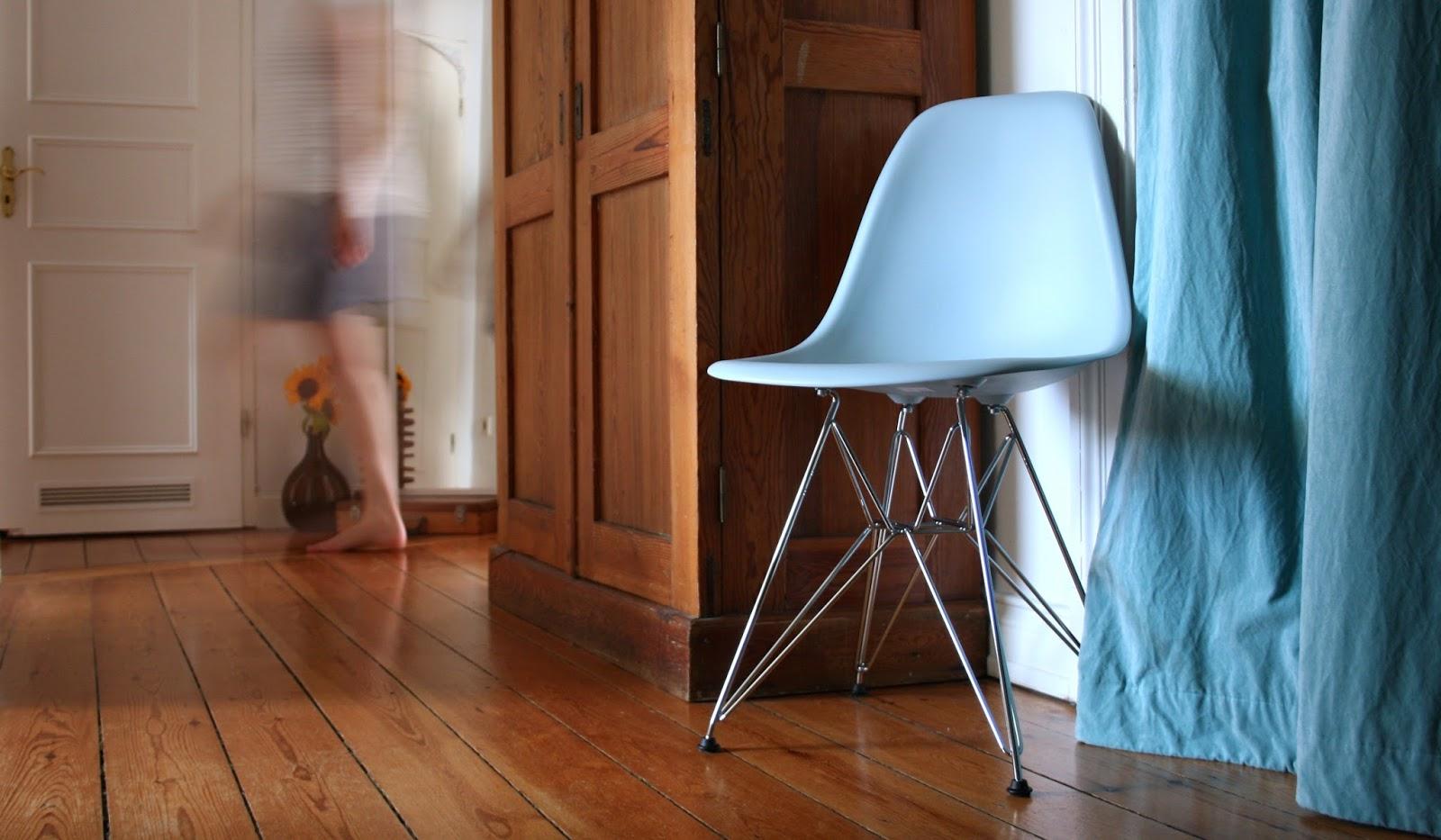 ein neuer designklassiker im flur und ein regal ohne. Black Bedroom Furniture Sets. Home Design Ideas