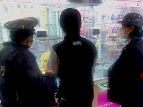 TRUCA A LA POLICIA DESPRÉS D'INTENTAR 200 VEGADES ATRAPAR UN PREMI D'UNA MÀQUINA DE PELUIXOS